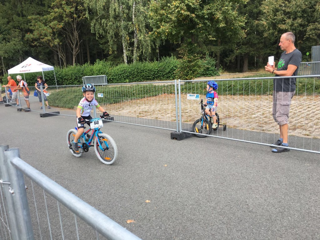 Benedict Scheller fährt mit seinem neuen Fahrrad und breitem Grinsen ins Ziel.
