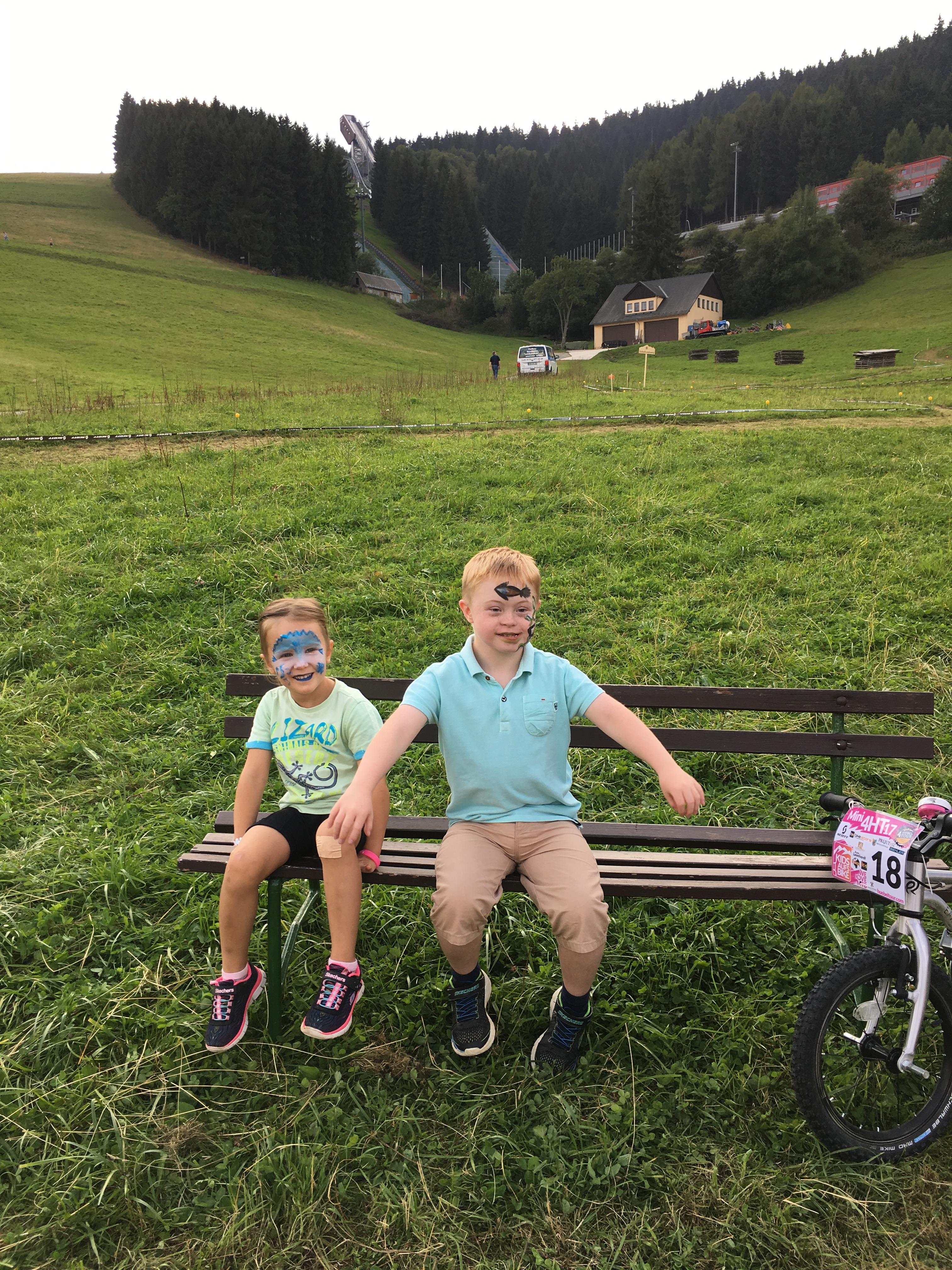 Mini-Hübel-Touristin Suvi Milena Schubert und Cousin Niklas Scheller.